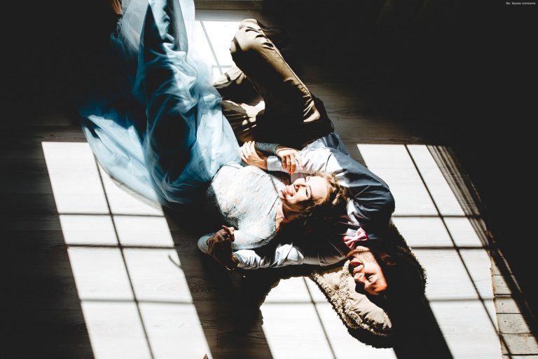 Фотоссесия модного фотографа для пары в собственном доме