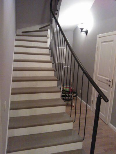 Темная и неудобная лестница в частном доме